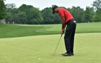 Tiger Woods sinks a birdie putt on No. 7.